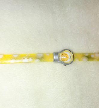 reloj amarillo con forma de bombilla