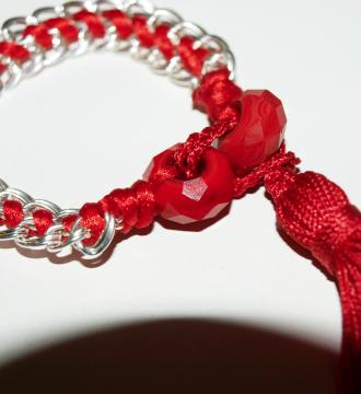 Pulsera cadena, pompón y satén rojo