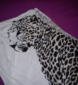 camiseta asimétrica con leopardo berska