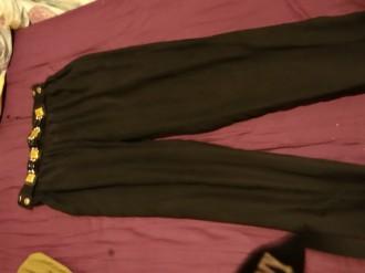 Pantalón negro con cinturón dorado
