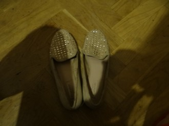 zapatos nude con taches dorado