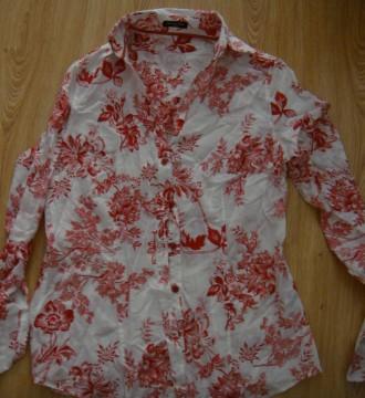camisa roja y blanca flores