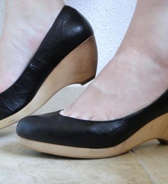 Plataformas-zuecos piel negros de Zara, talla 37