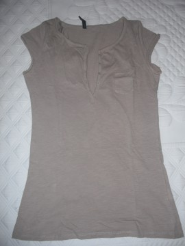 Camiseta básica bolsillo color camel