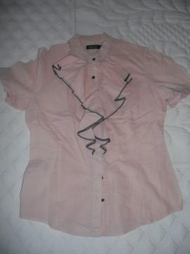 Camisa rosa palo detalle chorrera