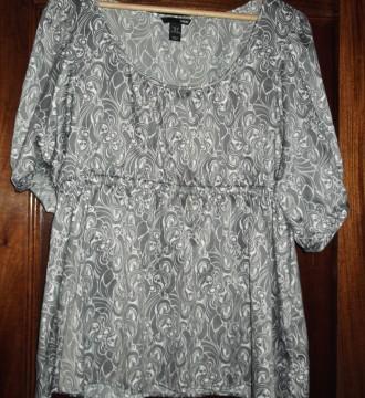 Camisa gris y blanca