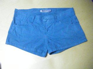 Shorts en azul de Stradivarius.