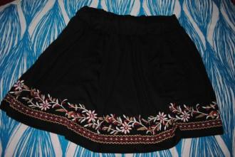 Falda negra con estampados