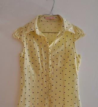 Camisa amarilla corazones negros