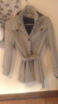 Abrigo en blanco y negro, con capucha