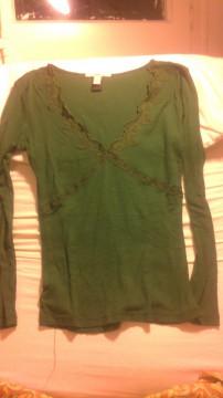 Camiseta verde con encaje en escote