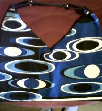 bolso azul con estampado