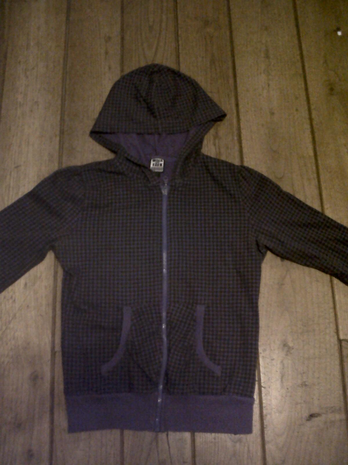 chaqueta morada y negra a cuadraditos
