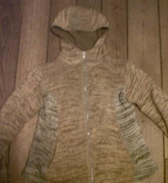 abrigo beis y amarillo con algo de marrón grisaceo