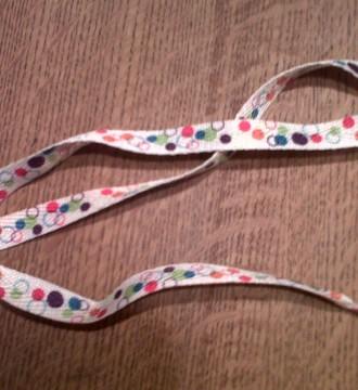 cordones blancos con topitos de colores