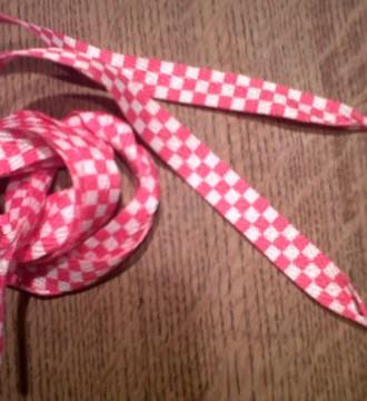 cordones rosas a cuadros blancos