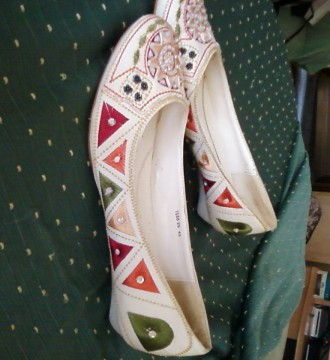 zapatos con estampado bordado