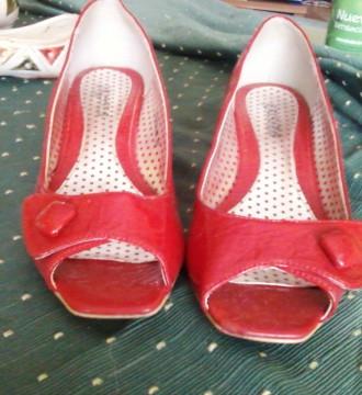 zapatos de charol rojo