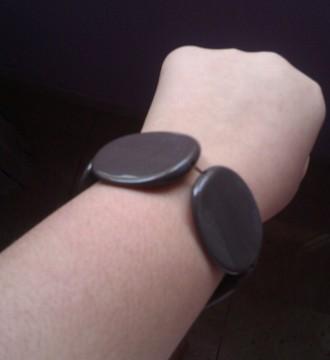 pulsera marrón de plástico