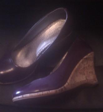 Zapatos cuña de corcho color berenjena