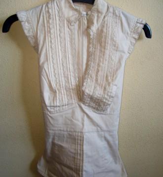 Blusa color beis con lazada y puntilla