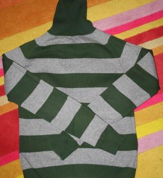 Jersey cuello alto, a rayas grises y verdes