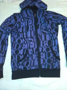 chaqueta negra morada
