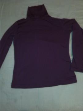 camiseta morada cuello alto