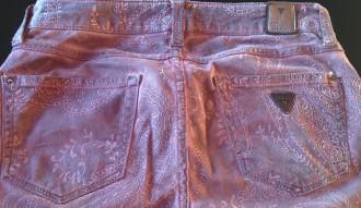 Pantalón guess rojo estampado
