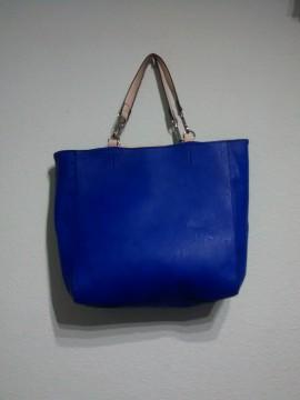 Bolso azul eléctrico de Zara