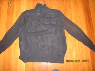 Camisa negra con mangas transparentes