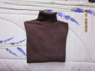 Camiseta cuello vuelto marrón talla M.