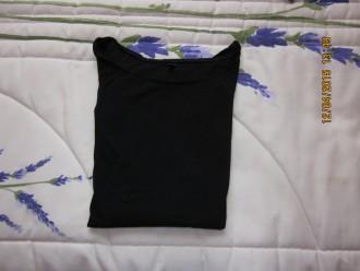 Camiseta básica negra mangas largas.