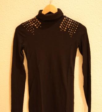 Camiseta cuello alto con tachuelas