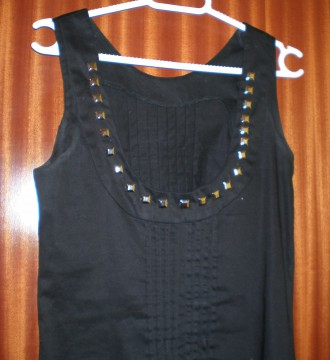 vestido negro tachuelas de blanco