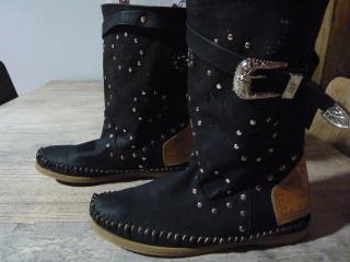 Botas negras con detalles marrones