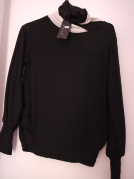 blusa negra con mangas abullonadas