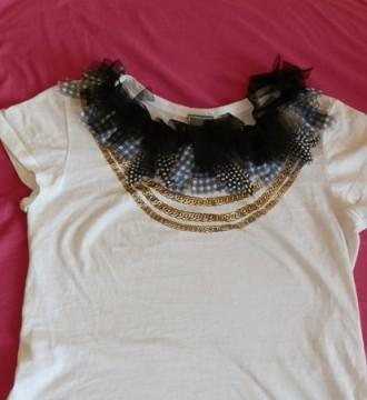 Camisa de mango con plumas y volantes