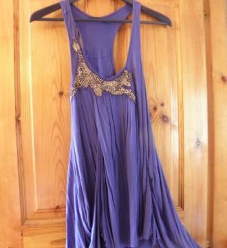 Vestido azul asimétrico con detalle de abalorios