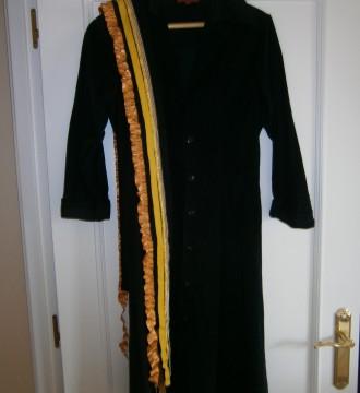 Vestido de pana fina negro y cinturón muy vistoso