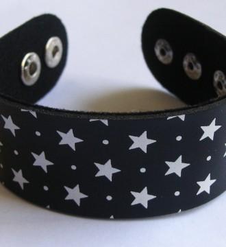 Pulsera negra con estrellas blancas