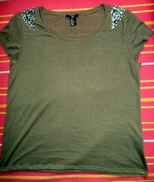 Camiseta caqui de lino con pedrería de H&M