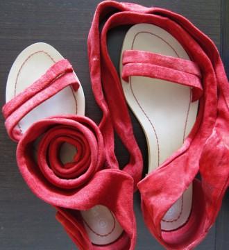 Sandalias planas rojas de la firma Promod