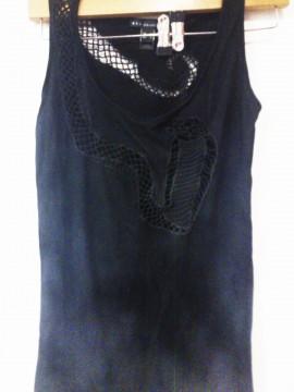 Camiseta con troquelado de serpiente