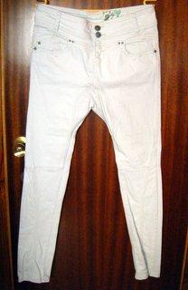 Pantalón tipo baggy bershka.