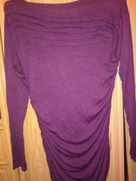 Camiseta manga larga con fruncidos, color granate.