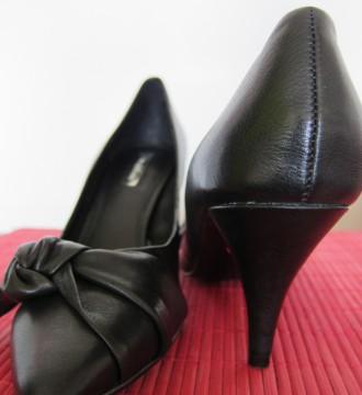 Zapatos negros de piel de la firma Zara