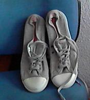 Zapatillas grises.