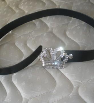 Cinturón con una corona de hebilla