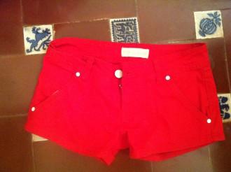Pantalón corto rojo, talla 36.